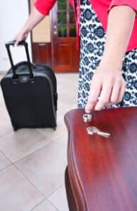 Ist ein Ehegatte gewalttätig, regelt das Familienrecht, wer in der Wohnung bleiben kann.