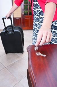 Ist ein Ehegatte gewalttätig, regelt das Familienrecht wer in der gemeinsamen Wohnung bleiben kann und wer gehen muss.