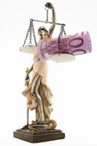 Scheidungskosten setzen sich oft aus den Gerichts- und Anwaltskosten zusammen.