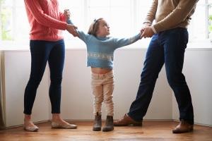Für zerstrittene Ehegatten eignet sich eine Online-Scheidung nicht. Besonders wenn es um Sorgerecht und Umgangsrecht der Kinder geht sollten Scheidungsanwälte hinzugezogen werden