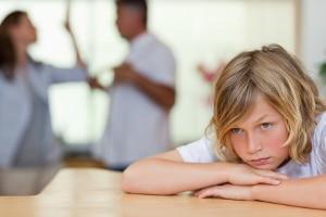 Scheidungskind mit streitenden Eltern