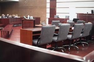 Der Scheidungstermin beginnt mit dem Aufruf zur Sache und die Parteien mit Anwalt werden in den Gerichtssaal gebeten