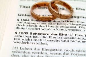 Ein Ehevertrag muss in Anwesenheit beider Ehegatten durch einen Notar oder Rechtsanwalt bekundet werden