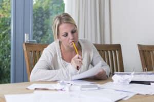 Frau überlegt wegen Namensänderung nach Scheidung