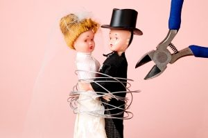 Erzielt die Frau ein höheres Einkommen, muss sie nach der Scheidung u.U. Unterhalt für den Ehemann zahlen.