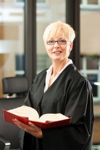 Zahlt der Ehemann nicht, sollte mit Hilfe eines Rechtsanwalt der Unterhalt für die Ehefrau eingeklagt werden.