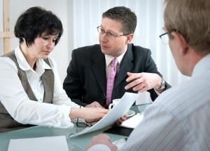 Auch während der Ehe und bei größeren Geschenken kann ein Schenkungsvertrag angebracht sein.