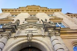 Sie suchen nach einem Rechtsbeistand für das gerichtliche Verfahren? Ein Scheidungsanwalt in Augsburg kann helfen.