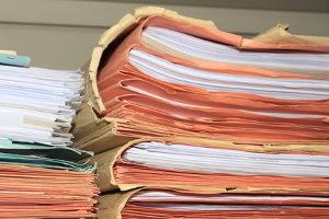 Erst wenn der Kostenvorschuss an das Gericht gezahlt wurde, kann das Verfahren beginnen.