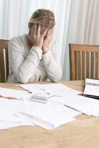 Scheidung verhindern: Besonders auch finanzielle Aspekte können Ehegatten von der Scheidung abbringen.