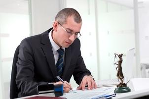 Anwalt und Notar können Sie dahingehend beraten, wann ein Ehevertrag sittenwidrig ist.