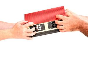 Anhand vom Streitwert der Scheidung können Gericht und Anwalt die eigenen Gebühren berechnen.