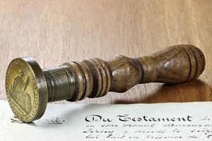 Trotz Enterbung im Testament Pflichtteil beanspruchen? Ihr Ehegatte kann diesen gegenüber den Erben einfordern.