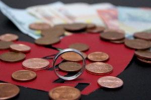 Die Kosten einer Scheidung für die gleichgeschlechtliche Ehe setzen sich aus Gerichts- und Anwaltskosten zusammen.