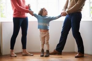 """Abstammungsrecht: Die Vaterschaft liegt beim """"Noch-Ehemann"""", wenn die Geburt des Kindes vor der Scheidung stattfand."""