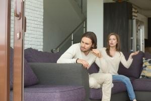 Eine Scheidung kann mit Hartz-4-Ansprüchen einhergehen, wenn z. B. der Partner nicht zahlen will.