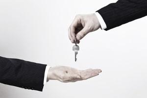Nach Teilungsversteigerung und Schlüsselübergabe: Die Eheleute müssen sich über den Erlös einigen.