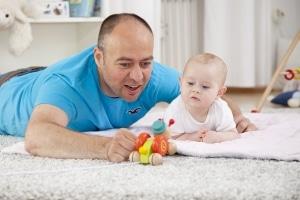 Das Umgangsrecht ermöglicht Vater und Kind, ungestört Zeit miteinander zu verbringen.