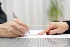 Wie nach der Scheidung unterschrieben wird, legt das Namensrecht fest.