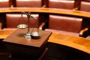 Manchmal müssen die Rechte eines Vaters eines unehelichen Kindes vor Gericht durchgesetzt werden.
