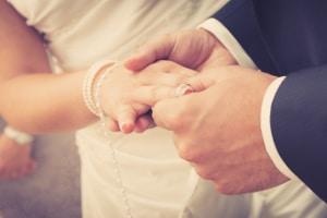 Weniger Scheidungen = sinkende Scheidungsrate? Das können erst die Zahlen der Eheschließungen zeigen.