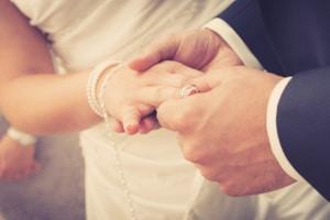 Kinder-Nachname: Ein Doppelname kann im Ausnahmefall bei Wiederverheiratung möglich sein.