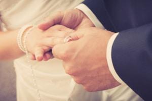 Kirchliche Ehe annullieren: Die Gründe sind denen der Aufhebung einer standesamtlichen Heirat ähnlich.