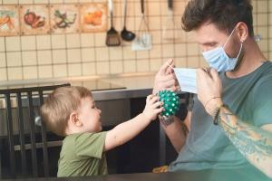 Kritik an Anrechnung: Corona-Kinderbonus soll beiden Elternteilen zugutekommen.