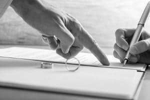 Ein Ehevertrag kann zum Beispiel die Eigentumsverhältnisse im Falle einer Eheauflösung festhalten