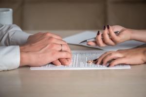 Die Gütergemeinschaft kann im Ehevertrag vereinbart werden.