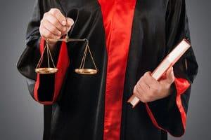 Es ist empfehlenswert, dennoch einen Rechtsanwalt für einen Ehevertrag zu Rate zu ziehen